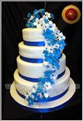 Torta con ramo en caida con flores azules y blancas - repostería Artesanal - Decoración Artística - servicio de lunch- www.mariafranco.com